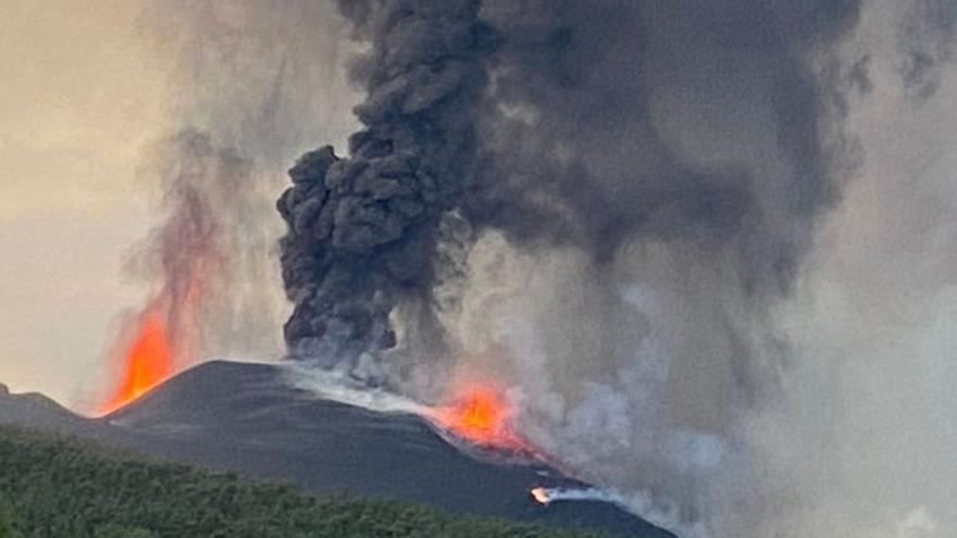 El volcán de La Palma desde el barrio de Dos Pinos, en Los Llanos de Aridane