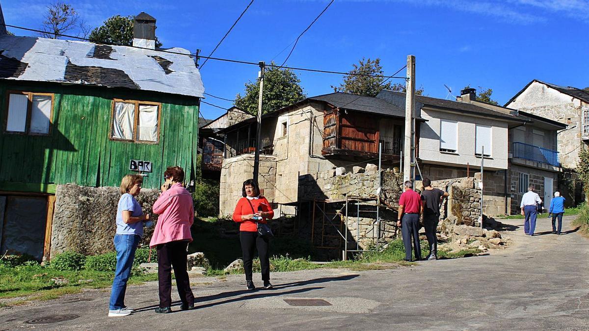 Vecinos e hijos de Sotillo de Sanabria junto a los andamios de la obra de reconstrucción del horno. | Araceli Saavedra