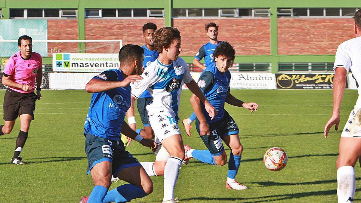 Iker Hurtado conduce el esférico ante la presión de un jugador del Fabril.    // IÑAKI OSORIO