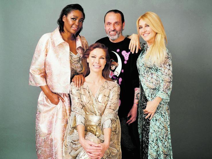 Juan Carlos Mesa con Francine Gálvez, Cayetana Guillén Cuervo y Cristina Piage.