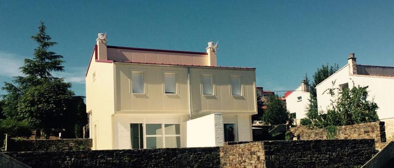 Antigua casa de maestros, ya rehabilitada, en Forcarei