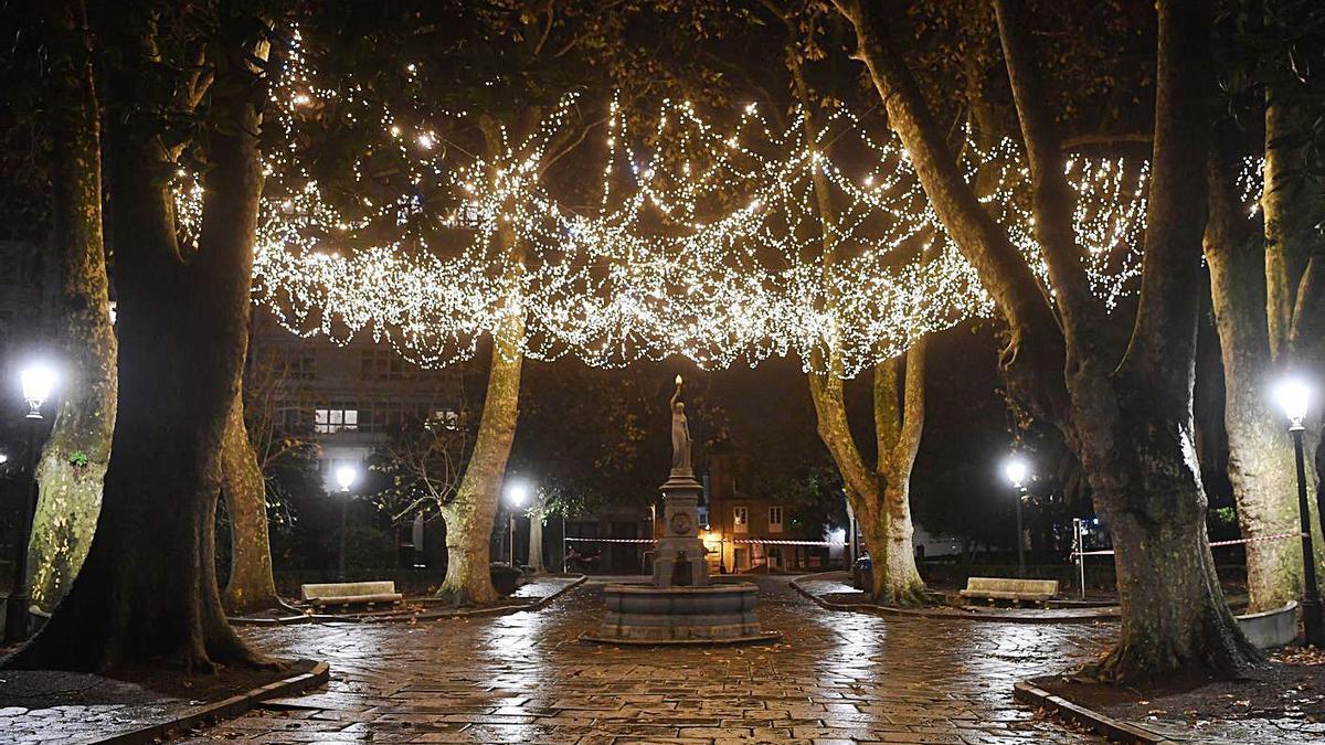 Iluminación navideña en la plaza de Azcárraga, en la Ciudad Vieja coruñesa.  | // CARLOS PARDELLAS