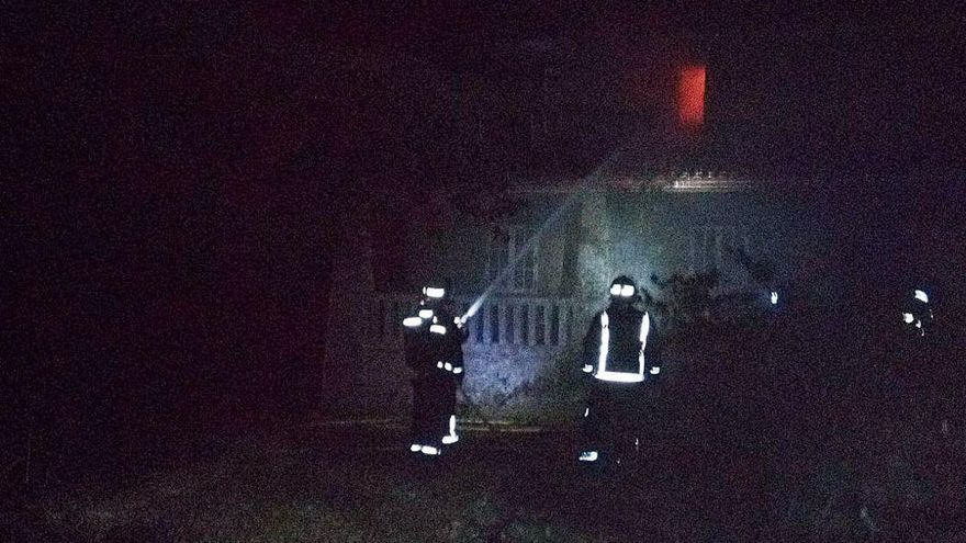 """Emerxencias extingue el fuego que calcinaba la casa """"okupada"""" de Teo del """"caso Asunta"""""""