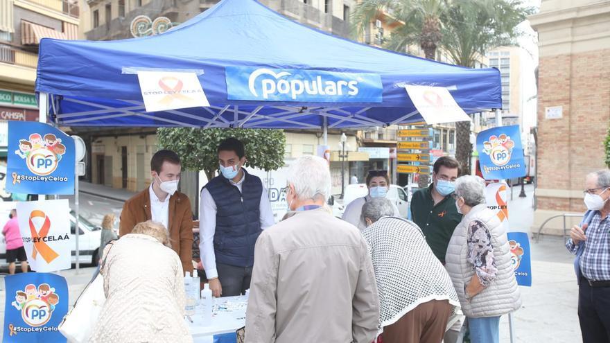 El PP recoge firmas en Alicante contra la ley Celaá de Educación