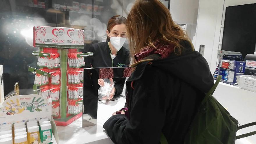 Acompañamos a algunos usuarios a recoger el kit de saliva para la PCR en una farmacia de Vigo