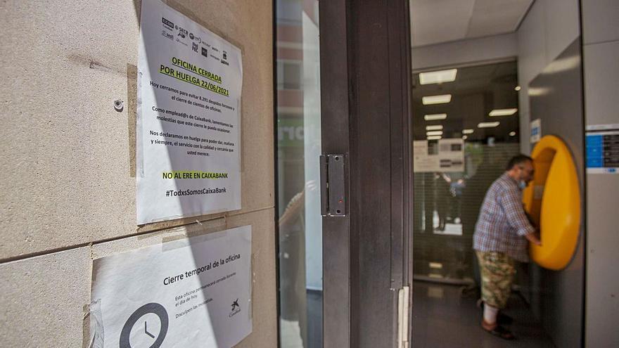 CaixaBank reduce a 6.950 las salidas por el ERE tras la primera huelga de su historia