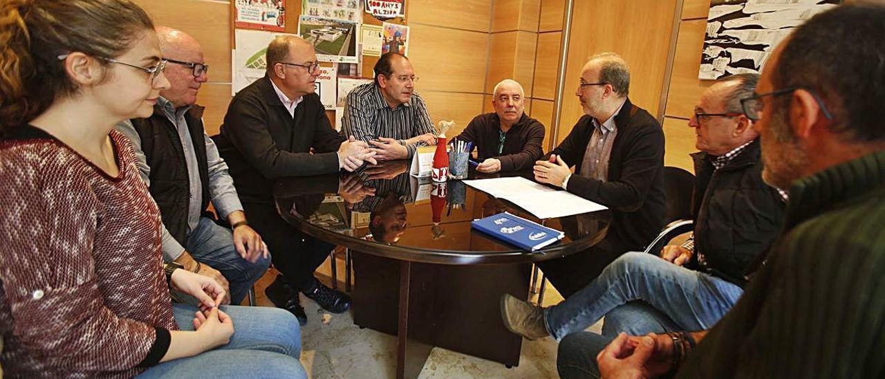 Reunión entre representantes de la JLF y el gobierno de Alzira, en una imagen de archivo.