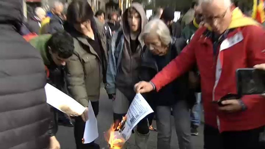 Queman ejemplares de la Constitución en Barcelona