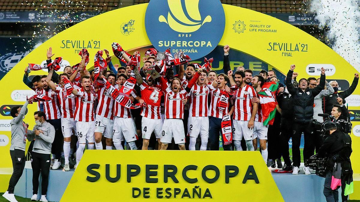 Los jugadores del Athletic levantan el trofeo tras superar al Barcelona en la final de La Cartuja. |  // AFP