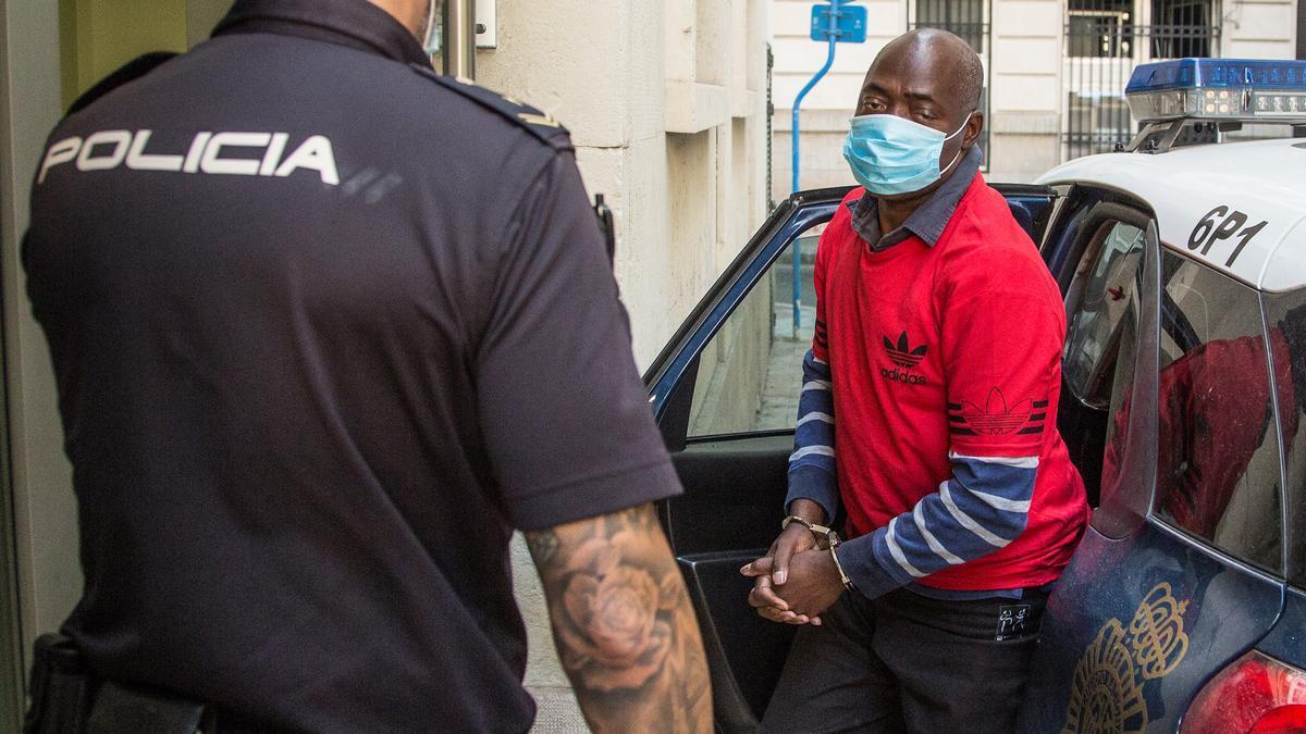 El acusado llega detenido a la Audiencia el día que se celebró el juicio.