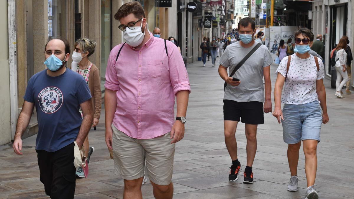 Gente con mascarilla en la calle Real de A Coruña.