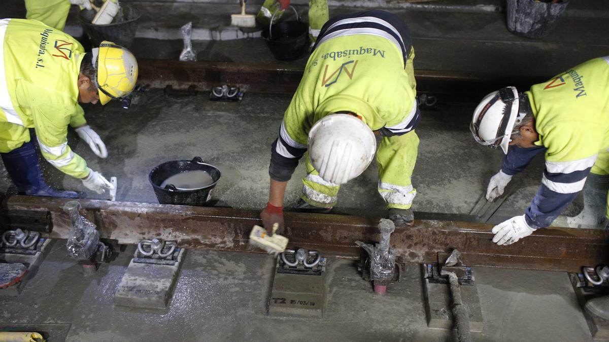 Imagen de 2019 de operarios trabajando en la línea del AVE en Vilar de Barrio.