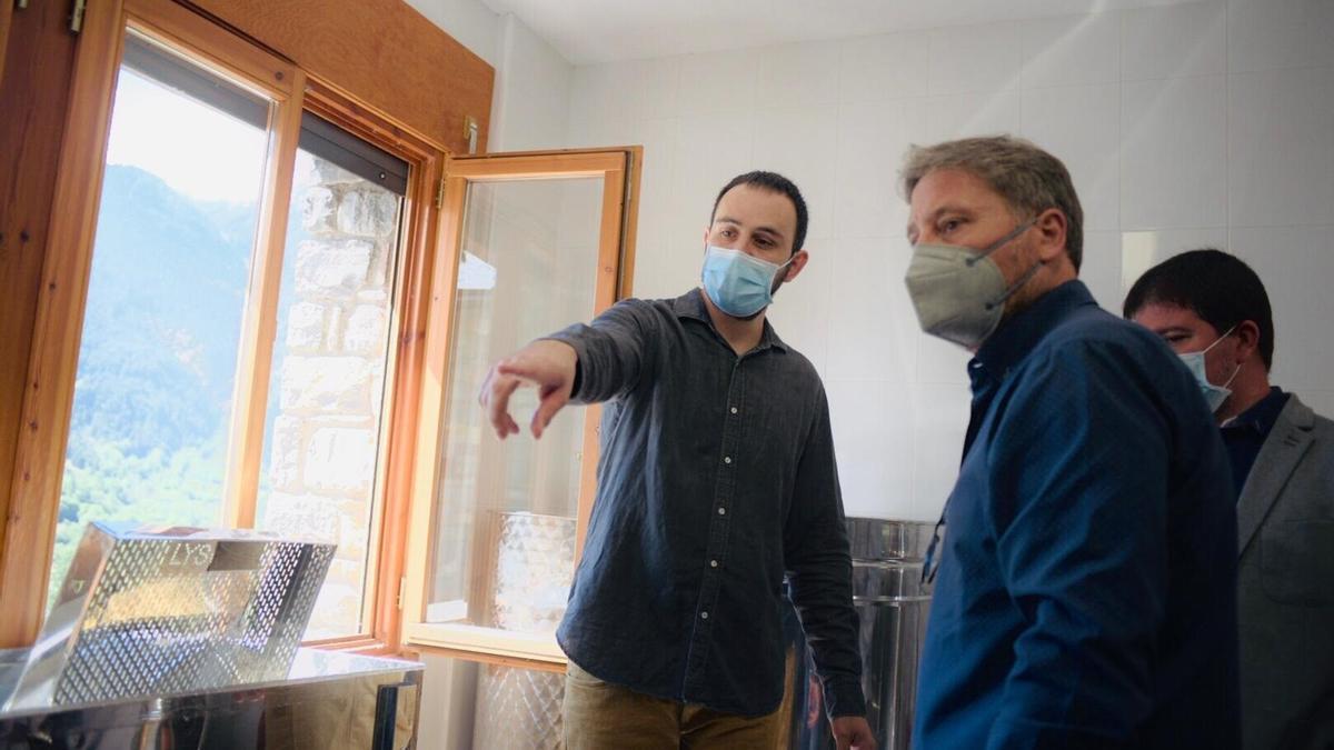 El consejero de Vertebración del Territorio, José Luis Soro, ha visitado las instalaciones apícolas en San Juan de Plan.