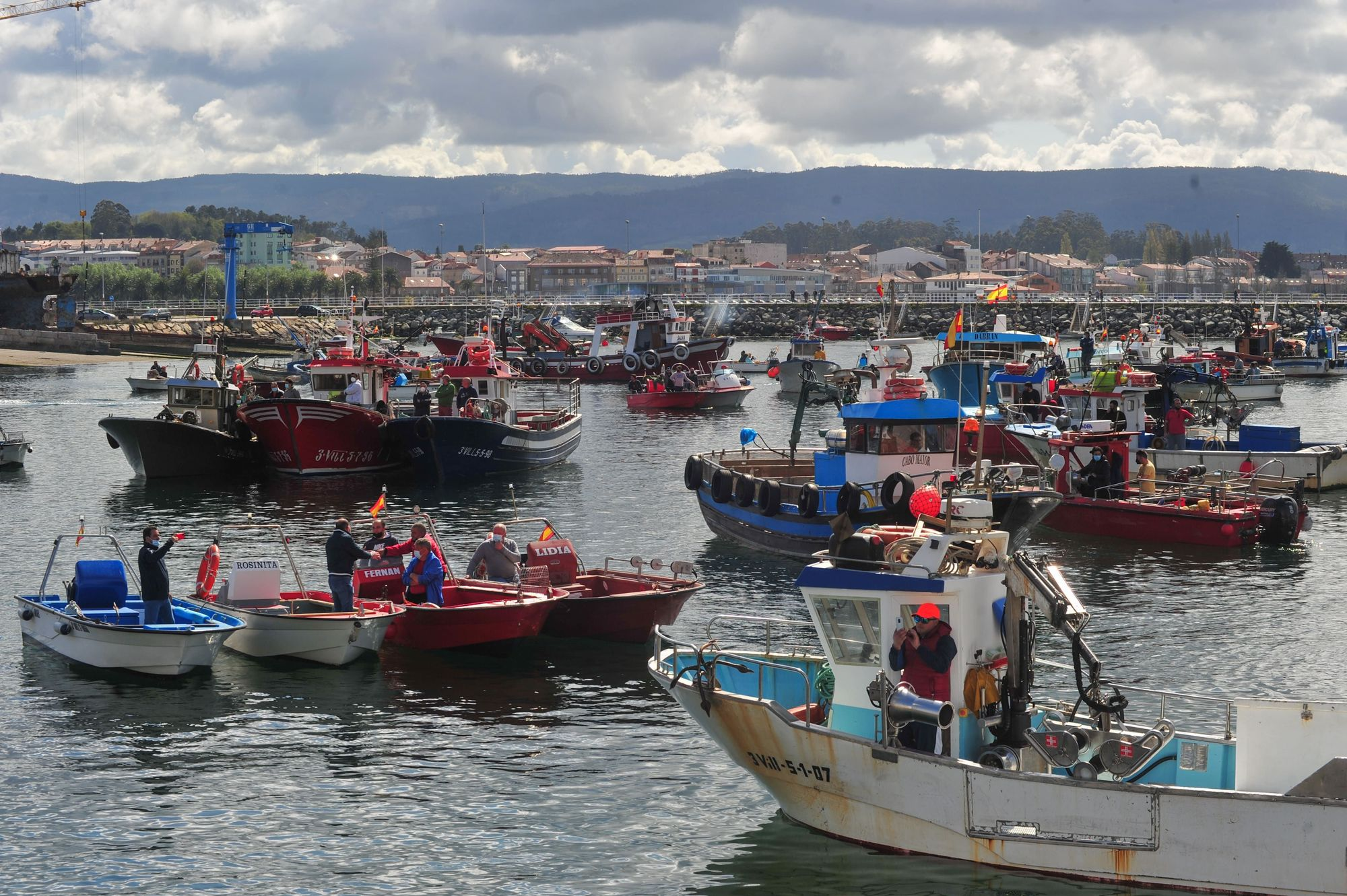 La protesta desarrollada por la flota de Cambados contra el reglamento de la UE, ayer.    Iñaki Abella (8)-min.jpg