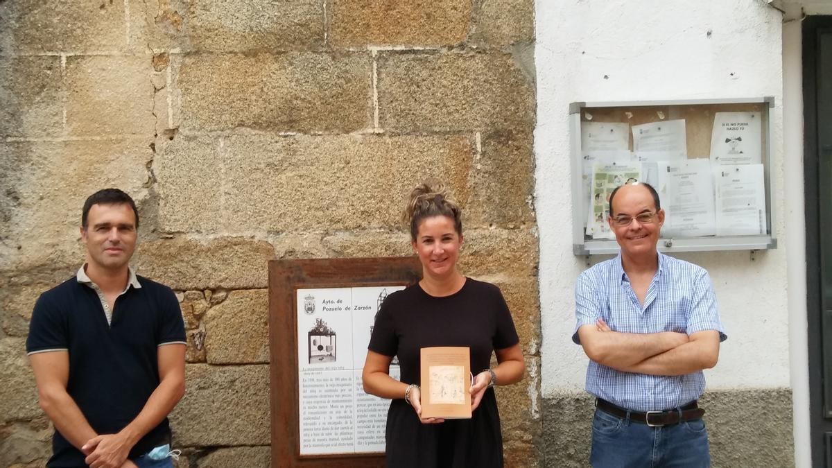 Los autores José Antonio Ramos y Raúl Gómez, posan con la Sheila Martín, alcaldesa de Pozuelo de Zarzón.