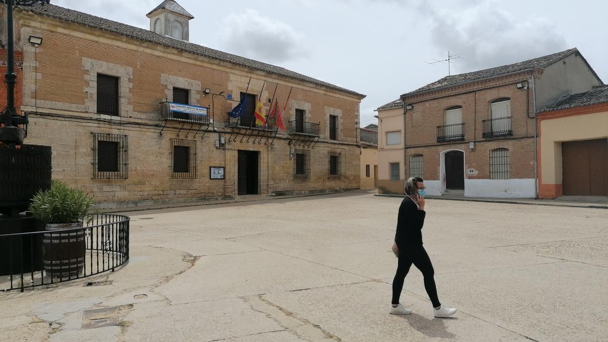 Una vecina pasea por la Plaza Mayor de Morales de Toro