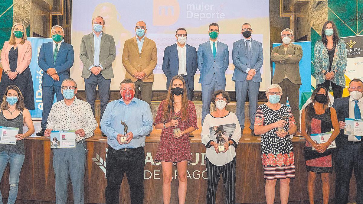 Las galardonadas en la gala de la II edición, junto a las autoridades que entregaron los premios.