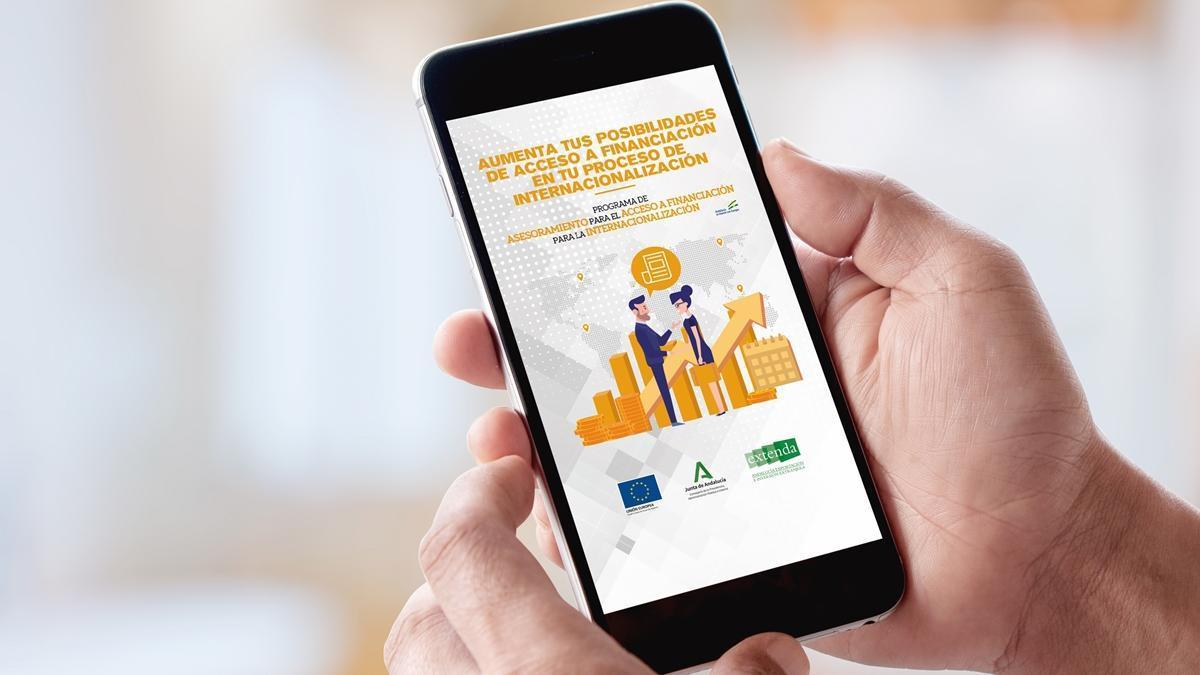 Un usuario consulta en su móvil el programa de asesoramiento a la financiación de EXTENDA