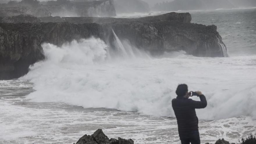 La costa oriental de Asturias, en aviso rojo por fuerte oleaje