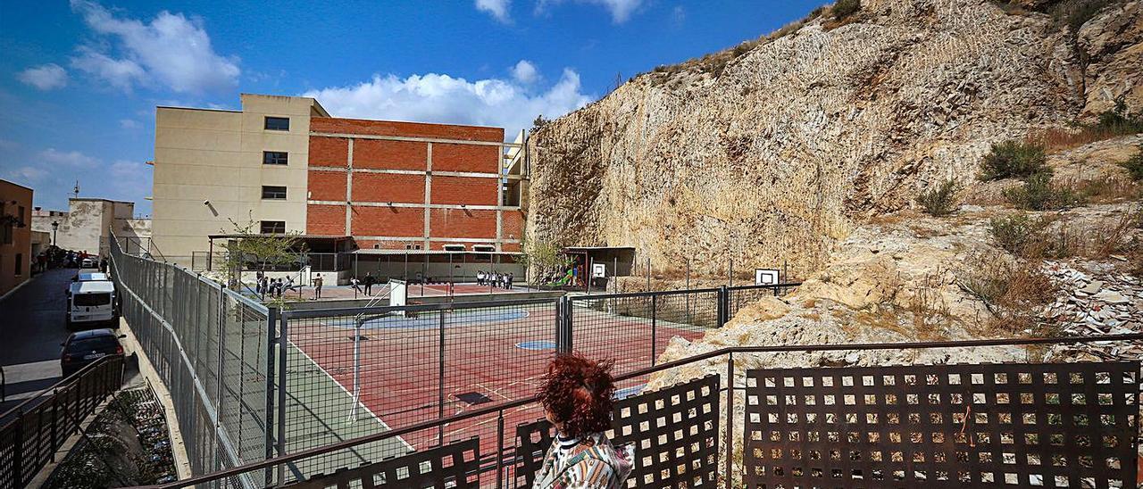 Colegio Oratorio Festivo y el suelo público ocupado desde 2004 con pistas deportivas.   | TONY SEVILLA
