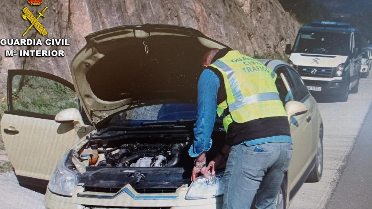 Un agente de la Guardia Civil, revisando el vehículo.