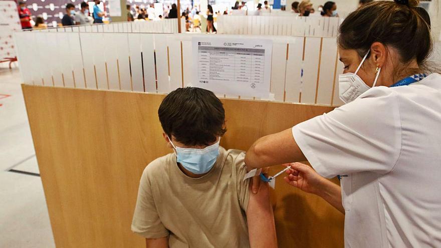 Avanza la vacunación de los jóvenes al tiempo que disminuyen los contagios