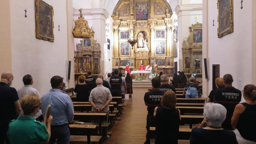 Bomberos y vecinos de Toro asisten a la misa en honor de San Lorenzo