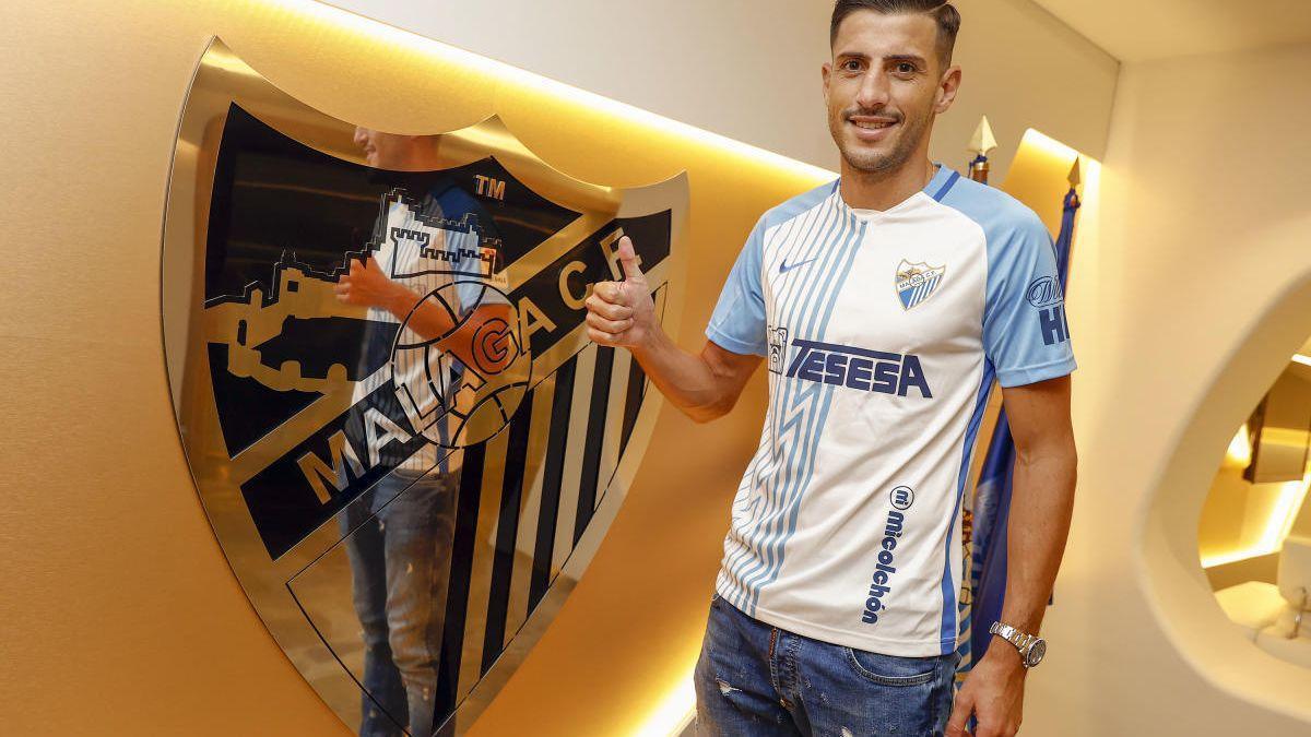 Pablo Chavarría posa con la camiseta blanquiazul