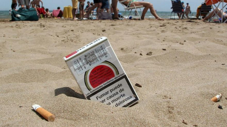 Barcelona prohibirá fumar en las playas