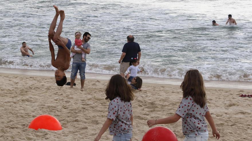 Acrobacias en la playa, una práctica de riesgo que gana popularidad en Vigo