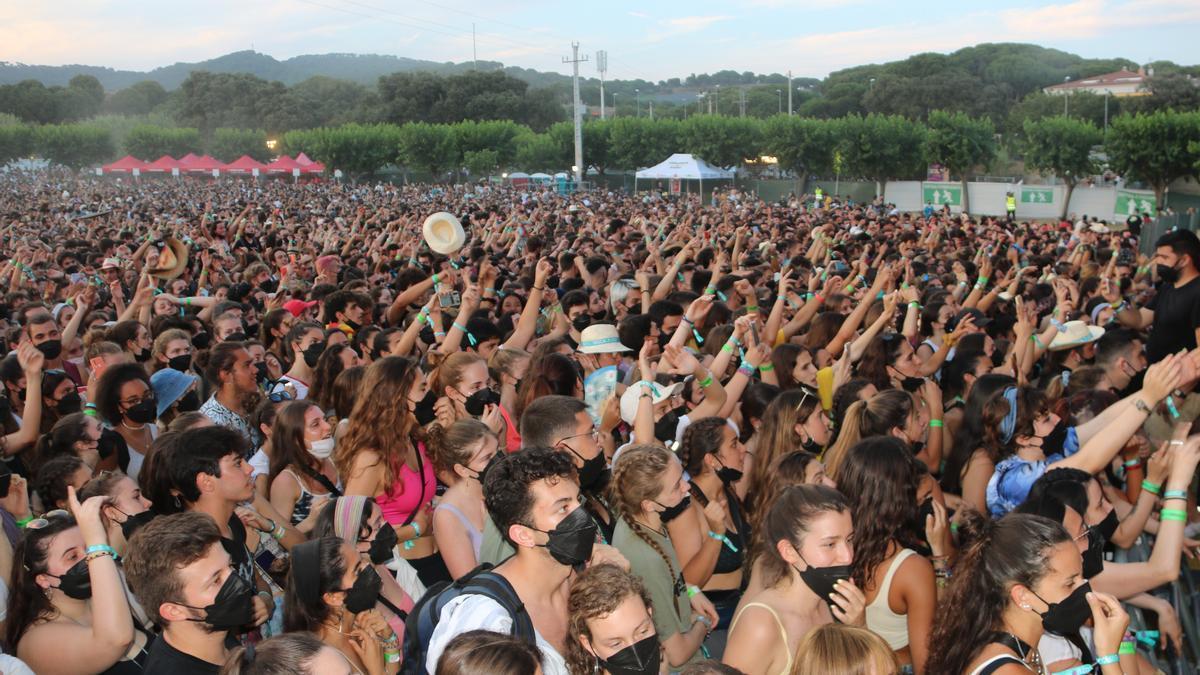 Pla general del públic durant l'actuació de Stay Homas al Canet Rock