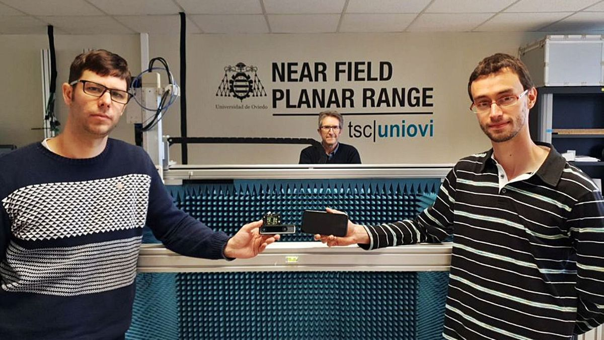 En primer planu, Jaime Laviada y Guillermo Álvarez col dispositivu desenvueltu y un teléfonu móvil, y al fondu, el catedráticu Fernando Las Heras. | Uniovi