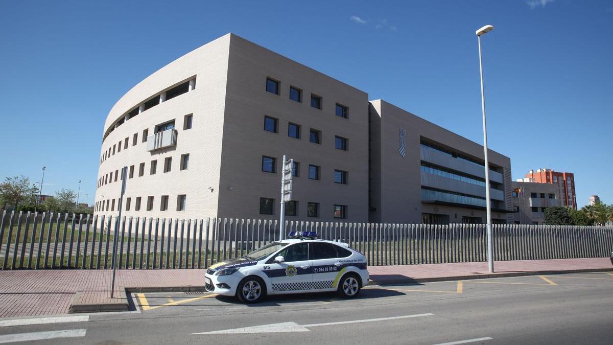 Un coche patrulla de la Policía Local a las puertas de la Ciudad de la Justicia de Castelló.