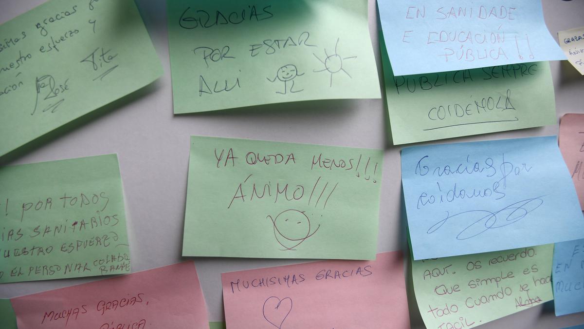 Tablón de agradecimiento a los sanitarios instalado en el recinto de vacunación de Pontevedra