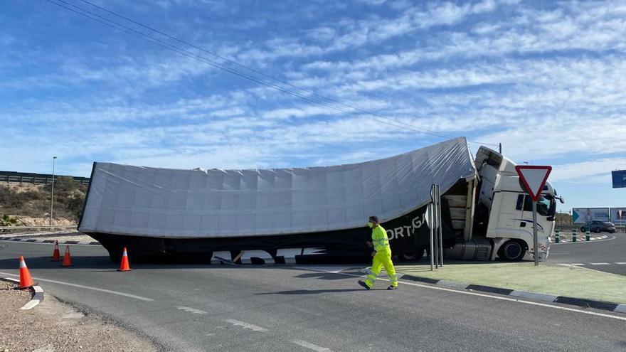 La Guardia Civil regula el tráfico para evitar el colapso tras volcarse el camión