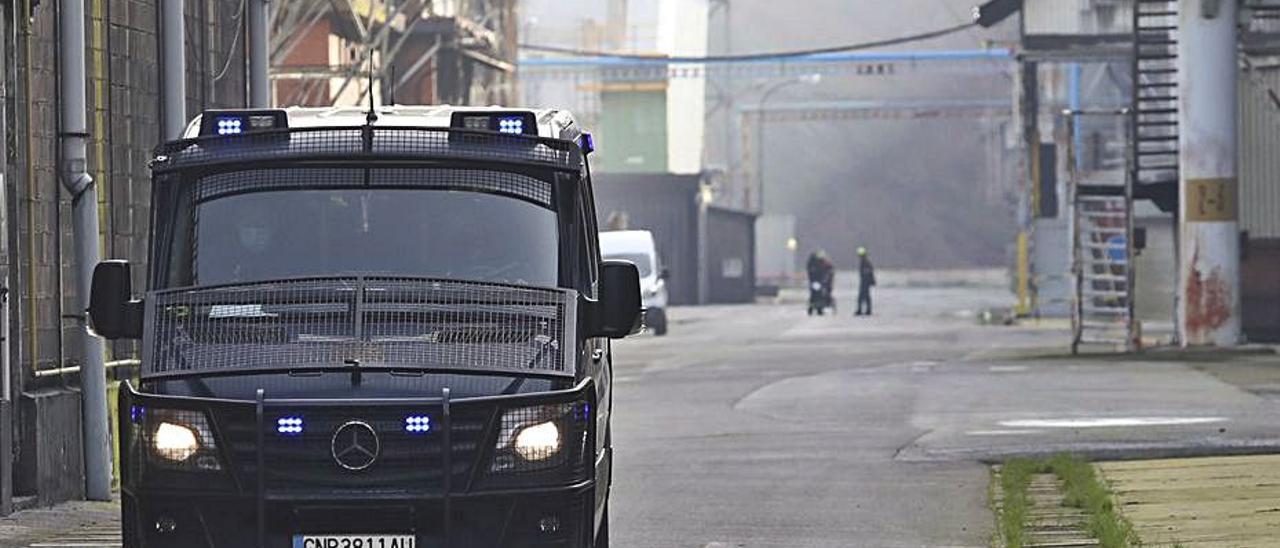Una furgoneta de la Policía Nacional en una de las calles de la fábrica de aluminio de Avilés.