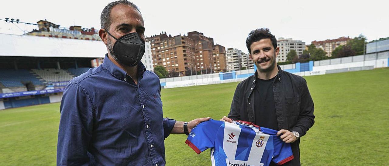 Luis Rueda y Diego Baeza sujetan una camiseta del Avilés en el Suárez Puerta.