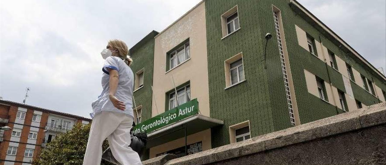 Tranquilidad, ayer, en el exterior del Instituto Gerontológico Astur, antiguo sanatorio de El Carmen, escenario del brote de coronavirus.