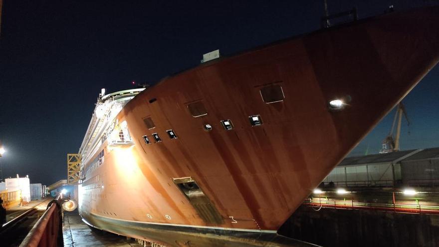 """El """"Evrima"""" sube al dique para trabajos de pintura seis meses después de abandonar Barreras"""