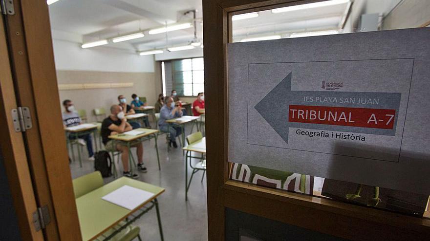 Más de la mitad de quienes logran la plaza docente solo llevan tres años en las aulas