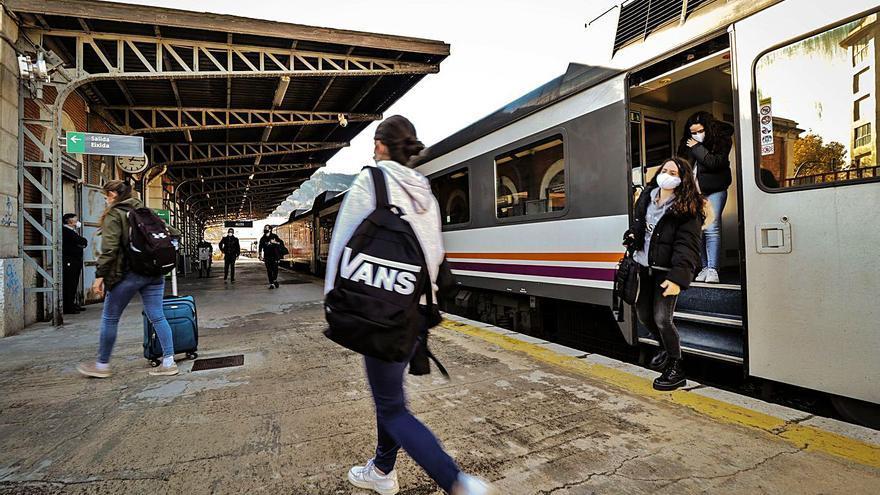 Los usuarios vuelven al tren Alcoy-Xàtiva tras mes y medio de cierre por obras