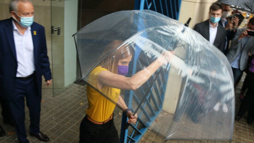L'expresidenta del Parlament obre el paraigües en sortir de Wad-Ras.JPG