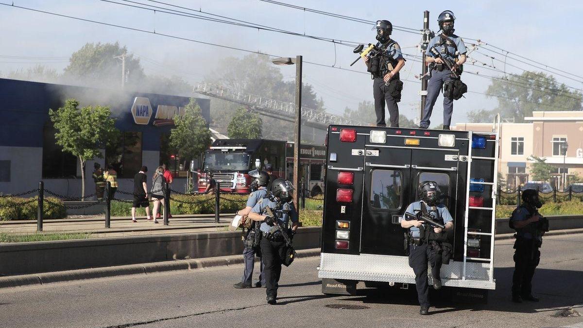 Minneápolis declara la emergencia por las protestas tras la muerte del hombre negro a manos de la Policía