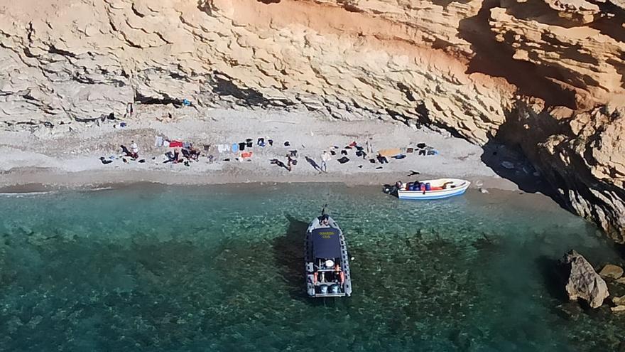 Localizan tres pateras con 46 personas a bordo en Cabrera