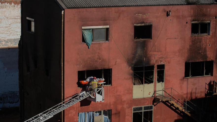 Los Bomberos localizan a una cuarta víctima entre las ruinas del incendio de Badalona