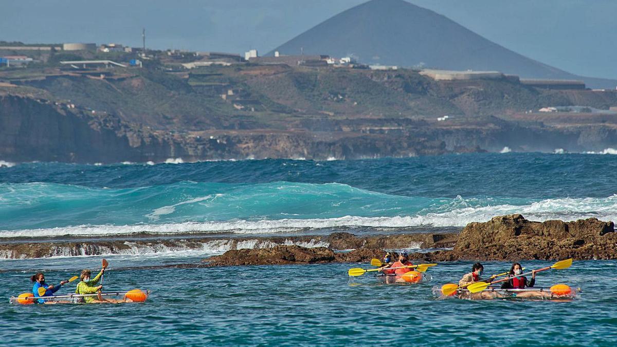 Imagen de unas personas mientras practican kayak en Las Canteras. | |