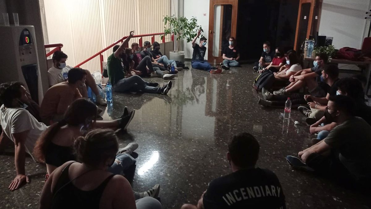 Los estudiantes, anoche, en el interior del edificio.