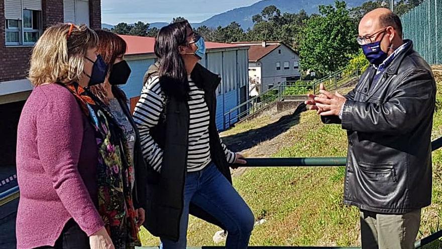 """La Xunta prohíbe desmontar la cubierta del colegio de Budiño: """"Fue renovada en 2016 y está perfecta"""""""
