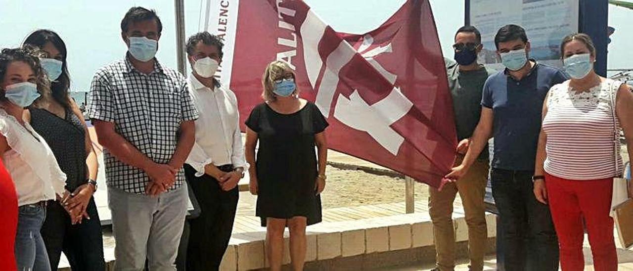 Izado de las banderas esta semana con presencia de responsables municipales y del Consell.