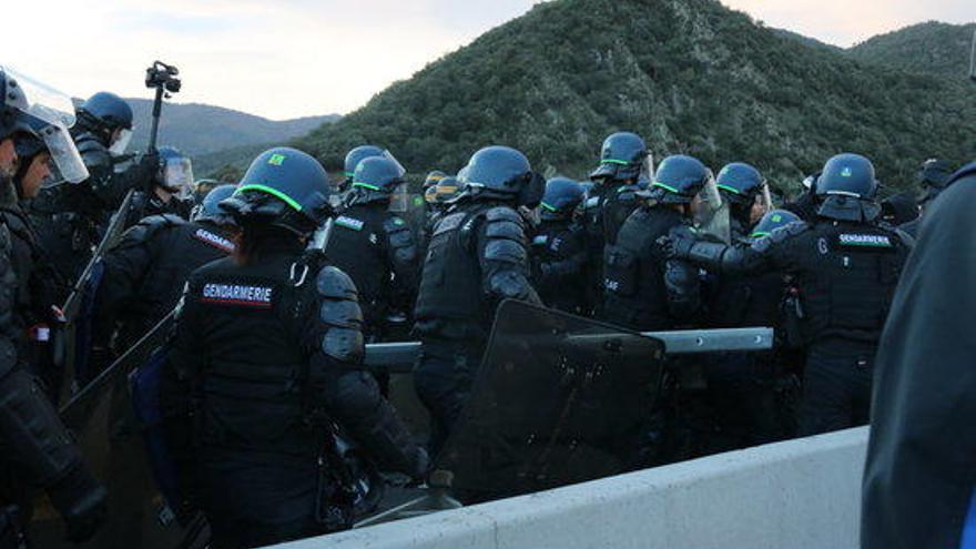 Dinou detinguts per la policia francesa i els Mossos pel tall de l'AP-7 a la frontera